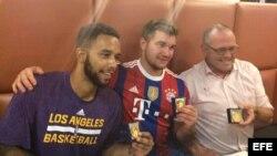 Los estadounidenses Anthony Sadler (i) Alek Skarlatos (c) y el británico Chris Norman (d), después de recibir la medalla de la ciudad de Arras por detener a un terrorista en el tren Thalys.