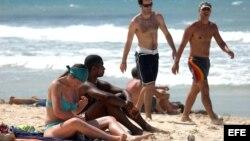 Turistas extranjeros disfrutan de un día de mar en las playas del este de La Habana.