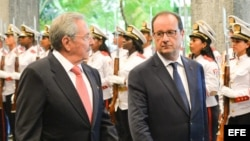 François Hollande, y su homólogo cubano, Raúl Castro, revisan la guardia de honor.