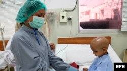 Un niño enfermo de cáncer recibe asistencia médica en un hospital.
