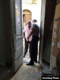 Policía allana la vivienda del artista del performance Luis Manuel Otero en La Habana.