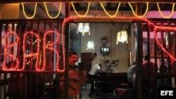 Un músico permanece en la puerta de un bar en la calle Obispo en La Habana.