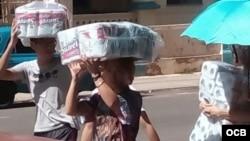 Cubanos acaparan todo el papel higiénico que pueden en cuanto sale el producto a la venta en una TRD.