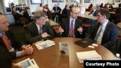 El presidente del Consejo Tecnológico de New Jersey, James Barrood, en una reunión reciente con congresistas.