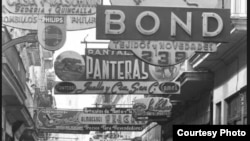 Anuncios de negocios cubanos en la calle Bernaza, luego confiscados por Castro.