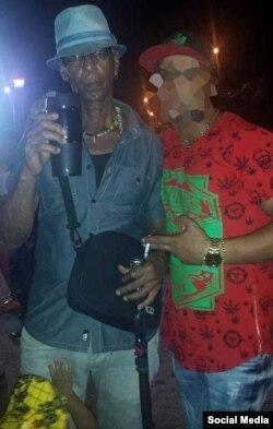 Alí en Cuba con un amigo tunero.