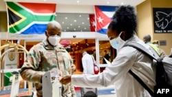 Una cubana llega a Pretoria, Sudáfrica, como parte una brigada de 217 profesionales de la salud, el 27 de abril de 2020. (Elmond Jiyane / GCIS / AFP)