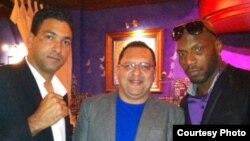 De izquierda a derecha el promotor cubano Michael Luzbet, Edemio Navas y el invicto cubano Yunieski González. Foto OCB