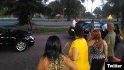 La caravana presidencial para para dar botella en una parada de Playa, en La Habana.