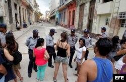 A por lo menos una cuadra, policías cubanos controlan el acceso a la zona donde la casa de modas francesa Chanel realiza un desfile.