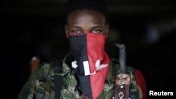 Un miembro del Ejército de Liberación Nacional en la selva colombiana. (Archivo)
