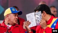 El presidente de Venezuela Nicolás Maduro (d) habla con el presidente de la Asamblea Nacional venezolana Diosdado Cabello.