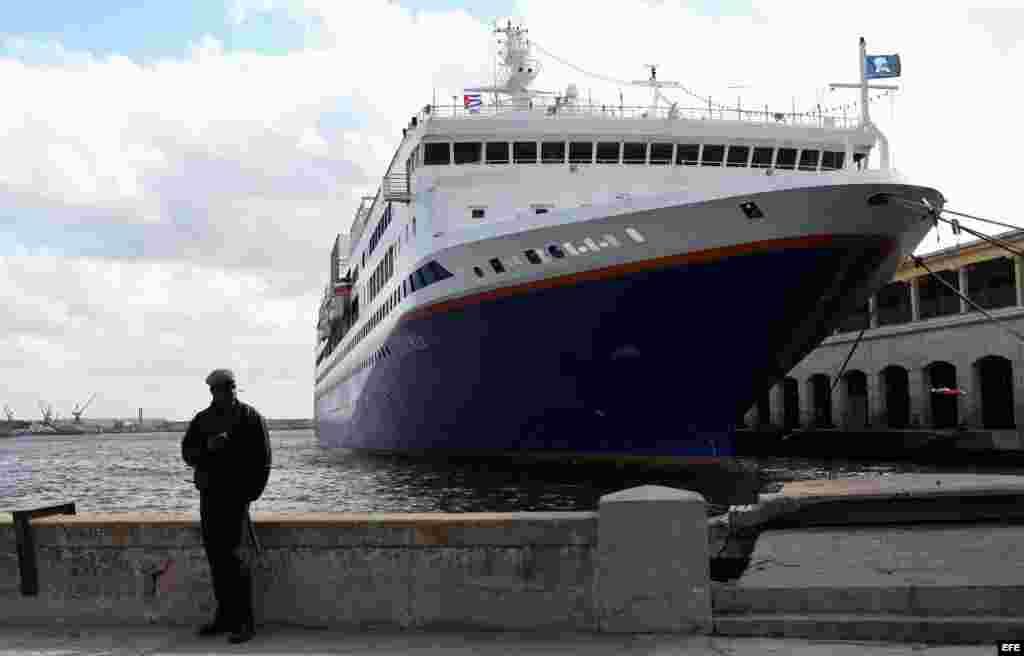 La policía cubana custodia la embarcación que transporta 624 estudiantes de 248 universidades de EE UU a La Habana.