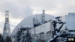 Vista general del sarcófago protector colocado sobre el cuarto reactor de la central nuclear de Chernóbil, en Ucrania.
