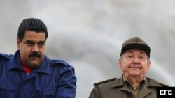 Raúl Castro (d) y Nicolás Maduro (i). Foto Archivo.