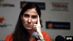"""Yoani Sánchez, autora del blog """"Generación Y"""", habla durante una rueda de prensa el 19 de febrero de 2013, en Feira de Santana (Brasil)."""