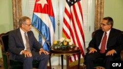 DeLaurentis (i) entrega carta de Obama para Castro sobre reanudación de relaciones en la Cancillería cubana.