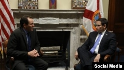 Encuentro de Marco Rubio (d) con Luis Enrique Ferrer (i).