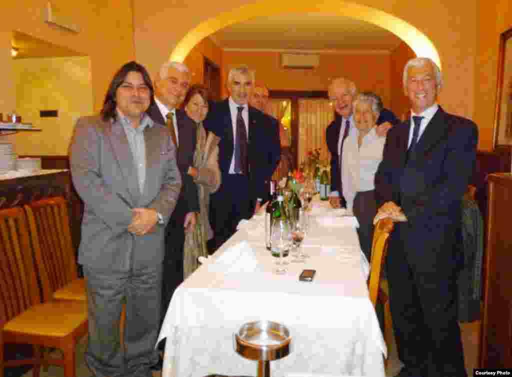 Cena privada con representantes de la Internacional Demócrata-Cristiana durante la conferencia organizada por el Instituto Luigi Sturzo, en Roma. A la derecha se encuentra Michele Torta, presentante del MCL en Italia.