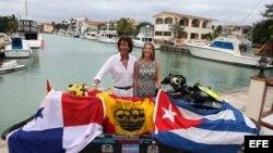 El navegante español Álvaro de Marichalar (i) y su esposa Ekaterina Anikeeva (d) posan junto a su moto de agua en La Habana (Cuba).