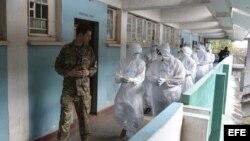 Nick Tarmey, militar británico, dirigiendo un entrenamiento de su equipo en la lucha contra el ébola en Freetown, Sierra Leona.