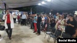 El pastor Bernardo Salomón de Quesada oficia un culto cristiano en su iglesia en Camagüey, Cuba. (FACEBOOK).