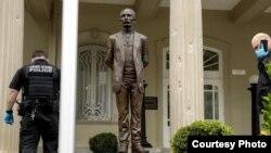 Impactos de balas en una columna a la entrada de la Embajada de Cuba en Washington.