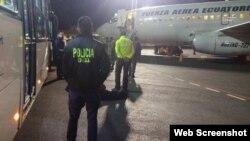 Los migrantes son conducidos al avión d ela Fuerza Aérea que los conducirá a Cuba. (Foto: Minsiterio del Interior de Ecuador)