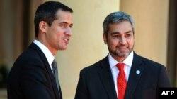 El presidente interino de Venezuela, Juan Guaidó, saluda al mandatario de Paraguay, Mario Abdo Benitez.