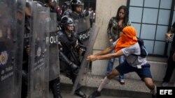 Manifestantes opositores se enfrentan a miembros de la Policía Nacional Bolivariana