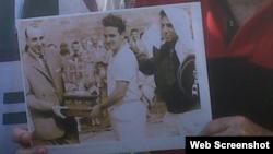 """Reynaldo """"Rey"""" Garrido sostiene la foto que le tomaron tras conquistar el Canadian Open en 1959."""