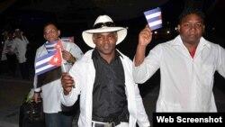 Médicos cubanos procedentes de Ecuador llegan al aeropuerto Mariana Grajales de Santiago de Cuba.