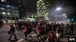 BRA59. SAO PAULO (BRASIL), 13/06/2013.- La policía militar brasileña dispersa a estudiantes hoy, jueves 13 de junio de 2013, cuando realizaban una protesta contra el aumento de la tarifa de autobús en la ciudad de Sao Paulo (Brasil). EFE/Sebastião Moreira