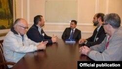 Rafael Guarín, alto consejero presidencial para la Seguridad Nacional de Colombia reunido con Comisión JusticiaCuba. A su izquierda el presidente de la Comisión JusticiaCuba, Rene Bolio y el expreso político cubano Luís Zuñiga. A su derecha el asesor de