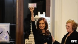 La presidenta argentina, Cristina Fernández (c), participa hoy, miércoles 25 de julio de 2012, en Buenos Aires (Argentina), en el acto de presentación del nuevo billete de cien pesos (unos 22 dólares) con el rostro de Eva Duarte para conmemorar los sesent