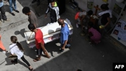 Venezolanos cargando un ataúd. (Archivo)