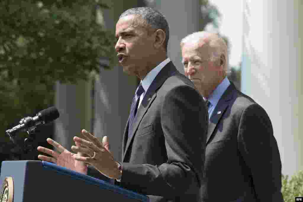El presidente de EEUU, Barack Obama (i) y el vicepresidente Joe Biden (d) durante una rueda de prensa en los jardines de la Casa Blanca en Washington.