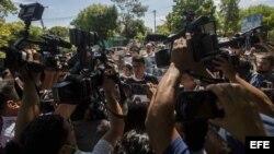 Estudiantes caminan rodeados por los medios de comunicación el 18 de mayo de 2018 en una de las protestas contra Daniel Ortega.