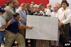 Hermanos al Rescate ofreció una conferencia de prensa un día después del derribo. En la foto muestran en un mapa el lugar donde fueron pulverizadas las avionetas por cazas cubanos.