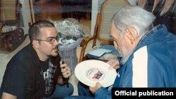 Fidel Castro escucha al presidente de la Federación Estudiantil Universitaria (FEU), Randy Perdomo.