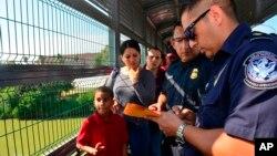 Funcionarios de Frontera procesan a una familia cubana en el Puente Internacional de Nuevo Laredo, Texas el 10 de julio de 2019. Foto AP /Salvador Gonzalez