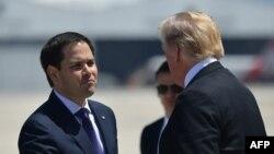 El presidente Donald Trump saluda al senador Marco Rubio en Miami. Foto Archivo