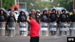 Un cubano del grupo de inmigrantes que se encuentran varados en Costa Rica ante el cierre fronterizo hoy, lunes 16 de noviembre, en el puesto fronterizo de Peñas Blancas, pues el Gobierno de Nicaragua dio la orden de no dejar pasar a los cubanos.
