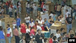 Salvadoreños asisten a votar en el Centro Internacional de Ferias y Convenciones