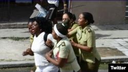 Agentes de la policía política arrestan a la líder de las Damas de Blanco, Berta Soler. (Foto: Angel Moya)