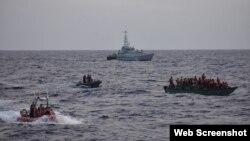 Operación de intercepción de migrantes ilegales en el mar por la Guardia Costera de Estados Unidos (USCG).