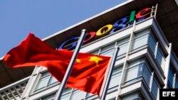La bandera china ondea frente a la sede de Google en Pekín (China).
