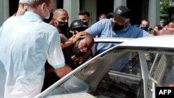 Un hombre es detenido durante una manifestación contra el gobierno del presidente cubano Miguel Díaz-Canel en La Habana, el 11 de julio de 2021.