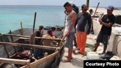 Cubanos que esperan pase el mal tiempo, islas Caimán.