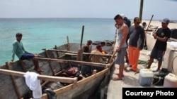 Esperando que pase la marejada: 41 cubanos llegaron a Caimán Brac el miércoles en esta embarcación rústica.